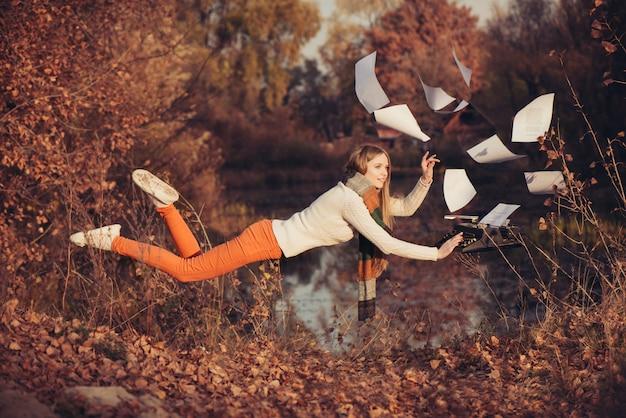 일의 자유. 자연 속에서 여자 공중 부양