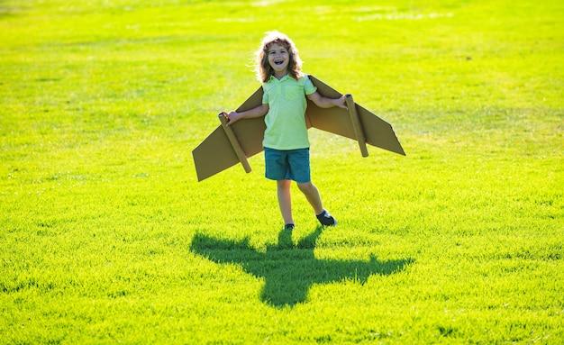 비행기 조종사가 되기 위해 노는 자유 어린이 소년 비행기 어린이 파이로 판지 날개를 가진 재미있는 남자...