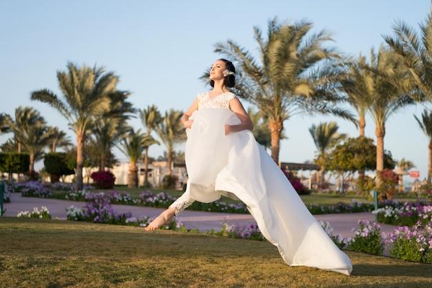 Свобода. чувство свободы. женщина-невеста чувствует свободу в прыжке. чувство свободы прыгающей женщины в свадебном платье.