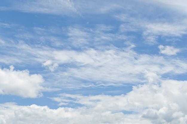 自然の背景に青い空に自由の白い雲