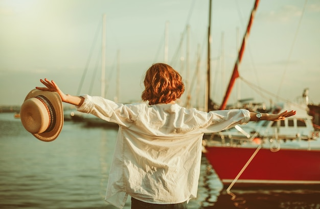 요트 클럽의 배경에 바다에서 자유 여자. 휴식 개념