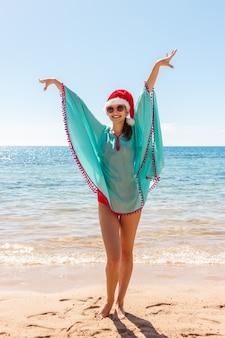 해변에서 무료 행복 행복에 크리스마스 모자와 자유 여자