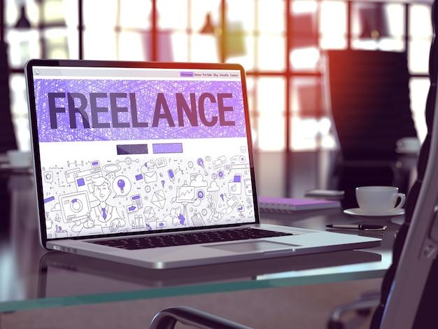 프리랜서 - 노트북 화면에 낙서 디자인 스타일의 근접 촬영 방문 페이지. 현대 사무실에서 편안한 작업 장소의 배경. 톤, 흐린 이미지. 3d 렌더.