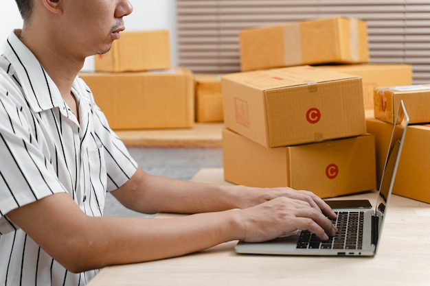 프리랜스 기업가 남자는 판지 소포 상자와 제품을 배달할 준비를 합니다.
