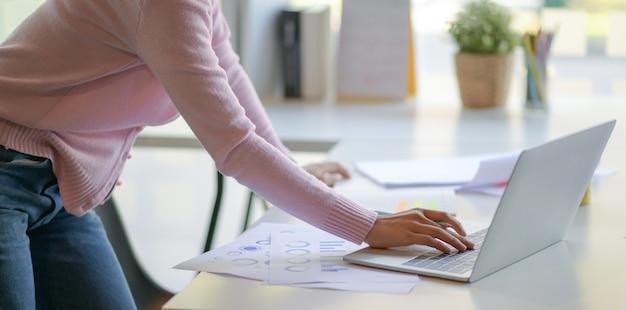 Девушки-фрилансеры используют ноутбук для обобщения данных в офисе.