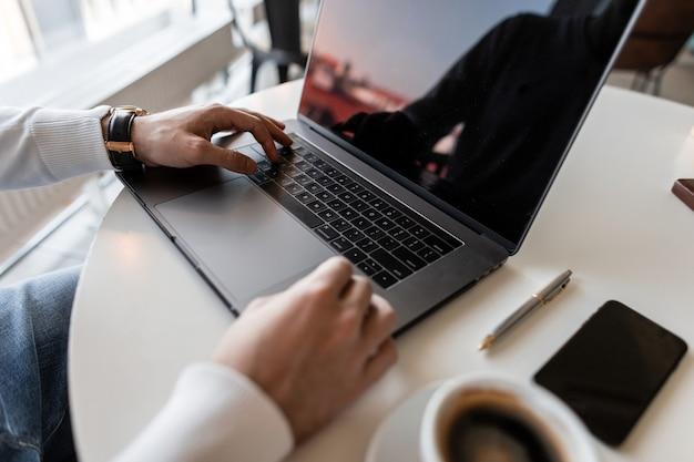 현대 사무실에서 노트북에서 일하는 프리랜서 남자