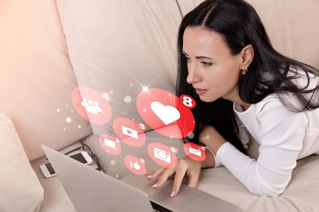 소셜 미디어 마케팅 및 웹사이트, 소셜 미디어 개념을 위해 노트북을 사용하는 프리랜서 여성 카피라이터. 고품질 사진