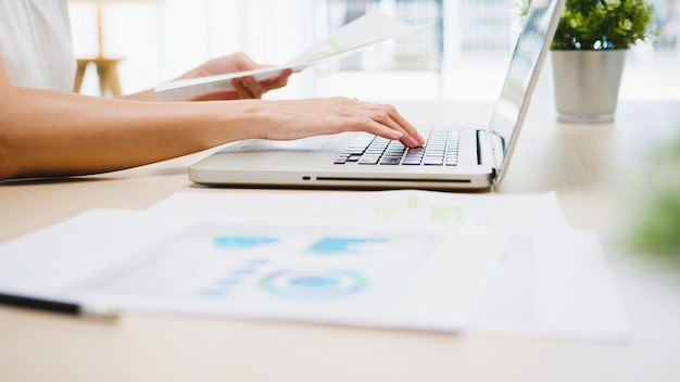 Abbigliamento casual freelance giovane donna d'affari asiatica utilizzando laptop che lavora nel soggiorno di casa.