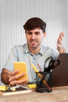 Libero professionista alla ricerca sul suo telefono per un progetto