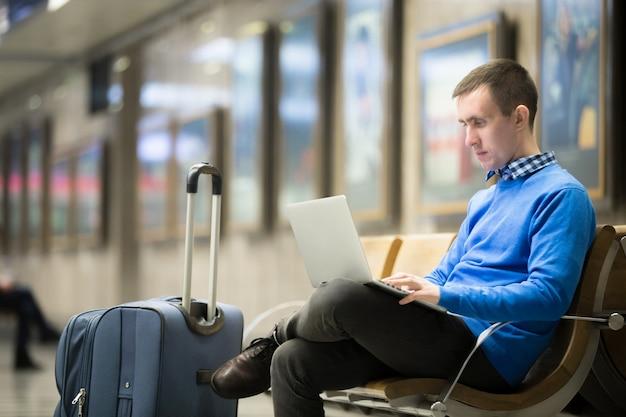 Viaggiatore, freelance, in attesa, stazione di trasporto