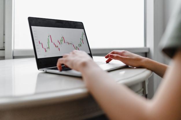 Фрилансер женщина с помощью портативного компьютера, сидя у себя дома. внештатная работа, концепция деловых людей