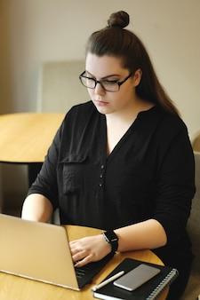 Фрилансер работает на ноутбуке