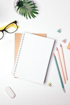 프리랜서 직장 평면도. 집에서 일하고 온라인으로 공부하세요. 메모장, 편지지.