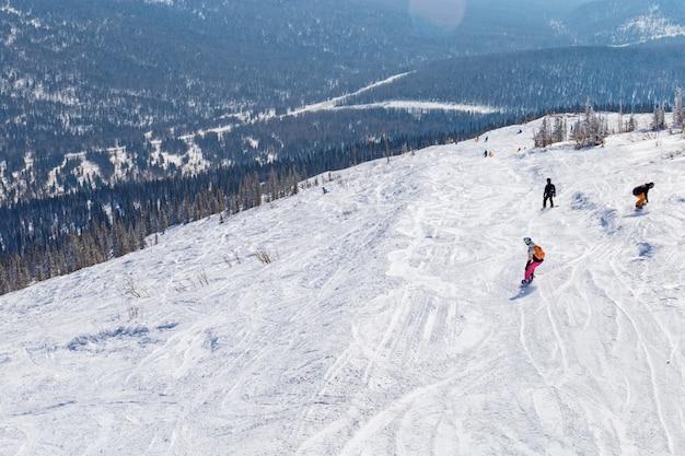 Фрирайд на горе в горнолыжном курорте шерегеш, сибирь, россия.