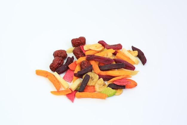 흰색 배경 위에 건조된 다채로운 바삭한 과일과 야채를 얼립니다. 건강을 위한 혼합 건조 식품