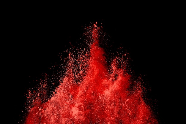 黒で爆発する赤い色の粉末の凍結運動