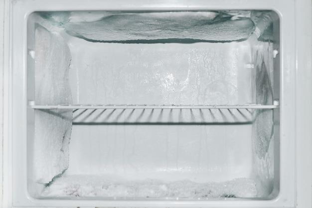 눈 속의 냉동고, 냉장고 벽의 얼음 덩어리.