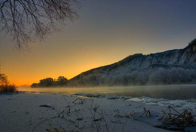 언덕이 많은 둑과 큰 빙원에서 얼어 붙은 강