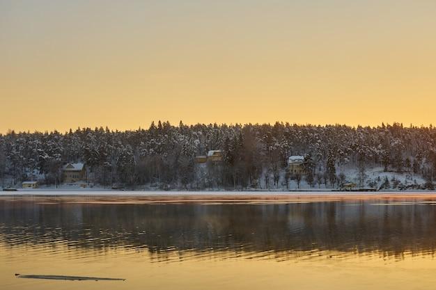 フィンランドのトゥルク近くの群島の日没時の凍てつく海。スペースをコピーします。