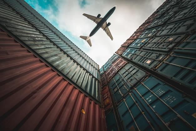 해외 운송 컨테이너 위를 비행하는 화물 비행기