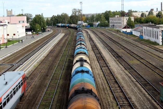 Грузовой вагон с цистернами стоит на вокзале.