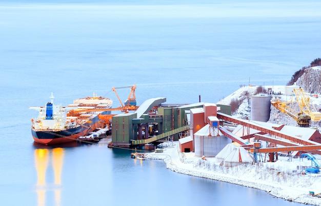鉱山工場での貨物船