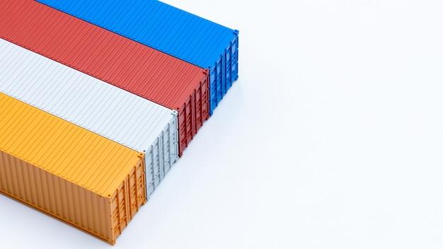 Грузовые перевозки контейнеров, изолированные на белом фоне, грузовые контейнеры глобального бизнеса компании отрасли импорта и экспорта логистики, перевозки и доставки с копией пространства.