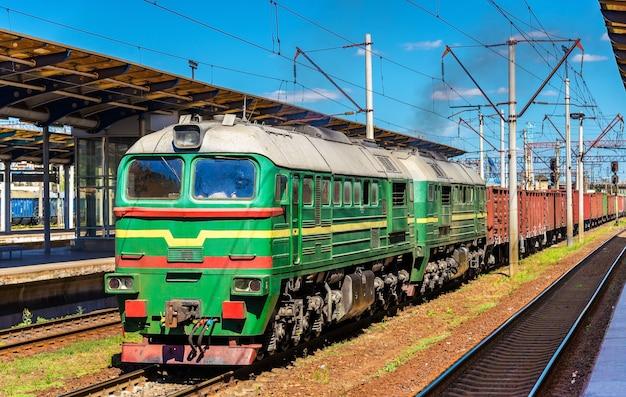 Товарный поезд на вокзале дарница в киеве, украина