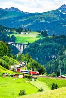 オーストリアアルプスのブレンナー鉄道での貨物列車