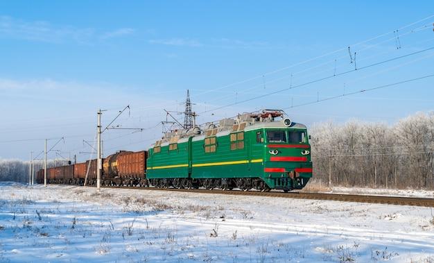 Грузовой поезд на электровозе на украинской железной дороге