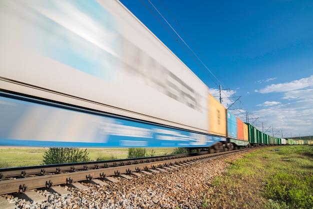 Товарный поезд в движении