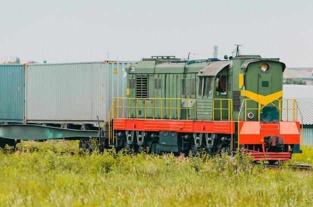 컨테이너 분류 스테이션이 있는 화물 열차 마차.