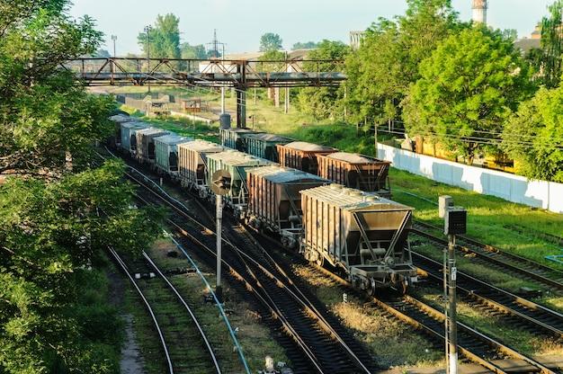 Грузовой поезд с вагонами разного типа.
