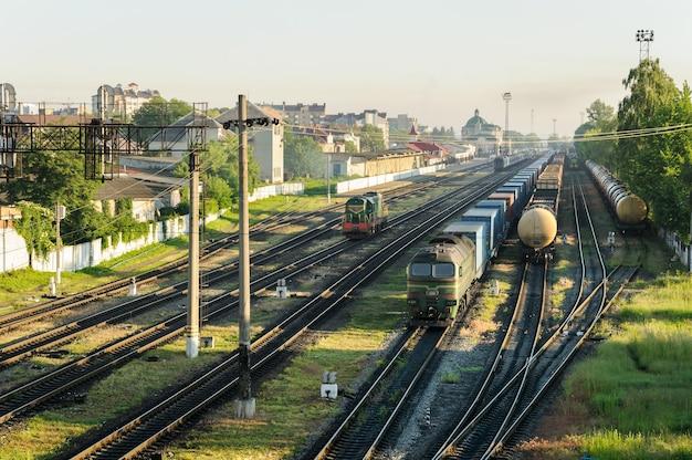 さまざまな種類の貨車を備えた貨物列車