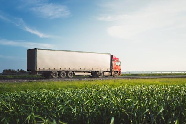 道路上の貨物トラック