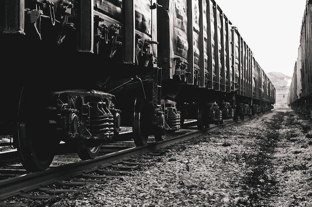 Грузовые вагоны на рельсах в черно-белом