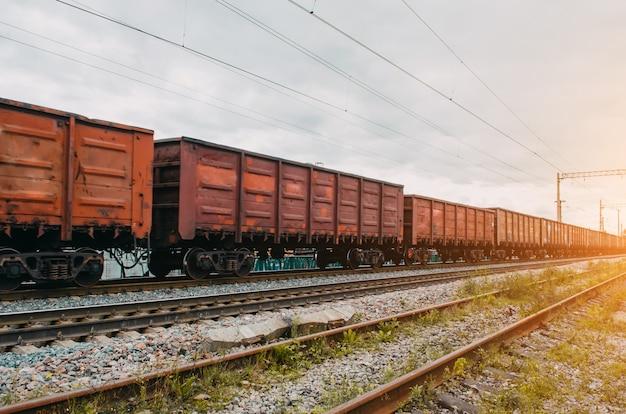 Грузовые вагоны с твердым грузом по железной дороге.