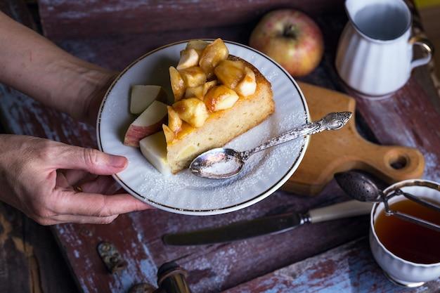 ヴィンテージの背景のプレート上のフランスのアップルパイ