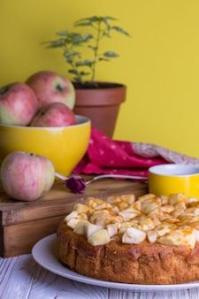 皿の上のフランスのアップルパイ