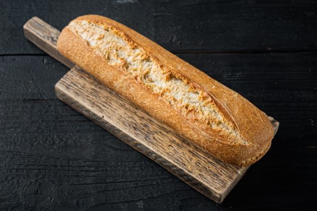 검은 나무 테이블에 구운 프랑스 바게트 빵