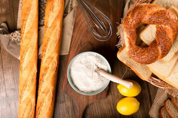 Французский багет с турецкими бубликами и ломтиками хлеба в корзине