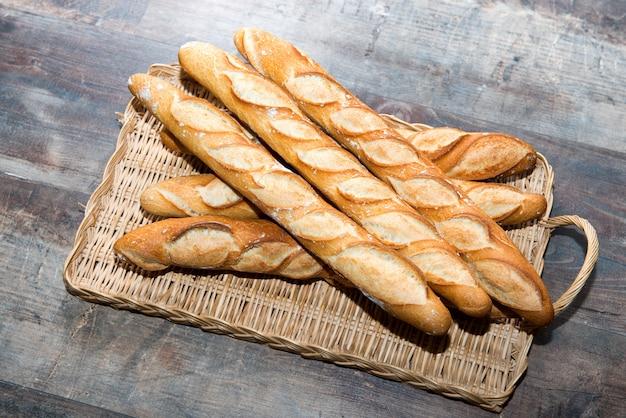 시골 풍 테이블에 프랑스 빵