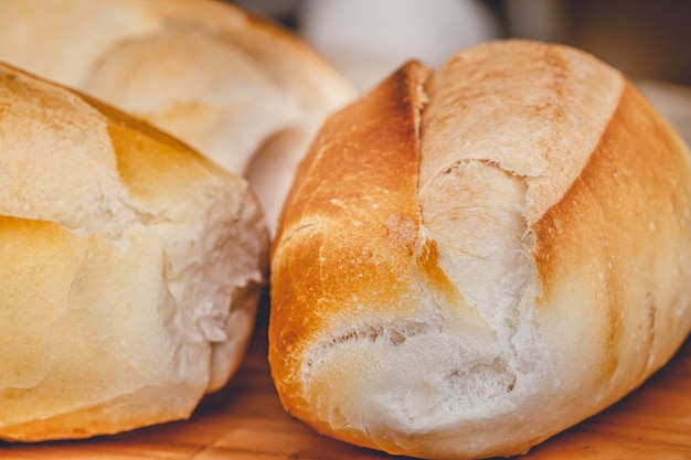マクロ写真で木の板にフランスのパン