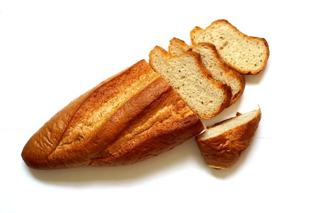 흰색 배경에 얇게 썬 프랑스 빵