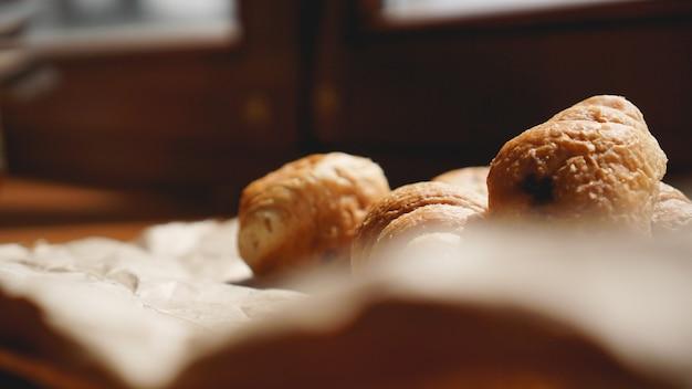 クラフト紙にクロワッサン、クラフト食器を添えたフレンチブレックファースト。ミニクロワッサン