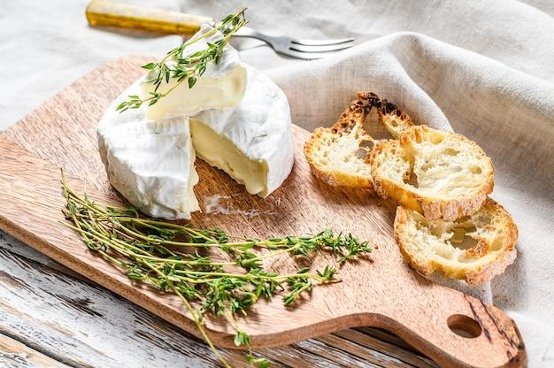 ブドウとフランスのブリーチーズ。白色の背景。上面図。