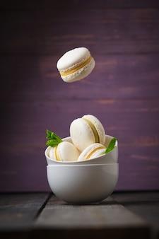 Французский торт макароны с фисташковой и мандариновой начинкой левитация десерта