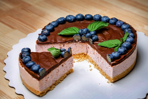 Французский торт с йогуртовым кремом, шоколадом и свежими фруктами черники