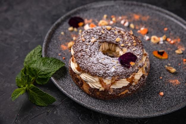 Французский карамельный десерт, выложенный на тарелке в лучшем ресторане