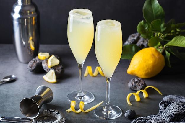 シャンパンの代わりにレモンハードセルツァーを使ったフレンチカクテル